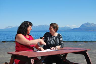 Marianne Bremnes, Mayor of Harstad, and Elisabeth Dyvik, ICORN, signing the ICORN membership agreement.