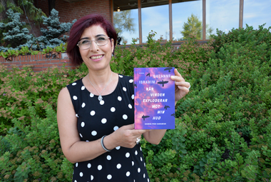Suzanne Ibrahim and her newly published book, När vinden eksploderar mot min hud: Dagbok från Damaskus. Photo.