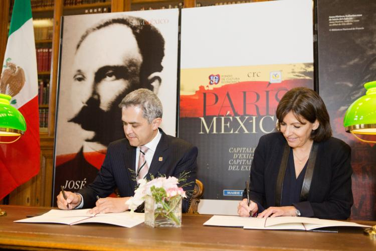 Mayor of Mexico City, Miguel Angel Mancera and Mayor of Paris, Anne Hidalgo signing new agreement. Photo: Jean-Baptiste Gurliat/City of Paris