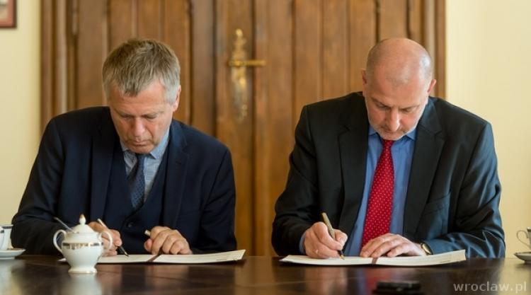 Executive Director of ICORN Helge Lunde and Mayor of Wroclaw Rafał Dutkiewicz signs the ICORN membership agreement. Photo.